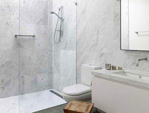 Badkamer met wit marmer en grijze tegels