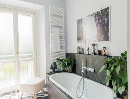 In deze badkamer wordt modern met retro gecombineerd