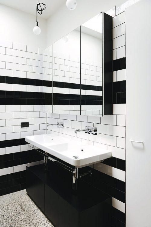 Badkamers voorbeelden » Badkamer met zwart witte wandtegels