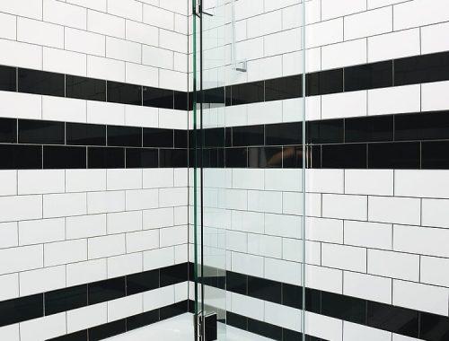 Badkamer met zwart witte wandtegels