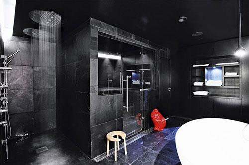 Badkamer met sauna en dubbele regendouche badkamers voorbeelden - Badkamer zwarte vloer ...