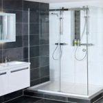 Badkamer van Wooning met grote grijze tegels