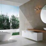 Badkamer met vrijstaand bad en utizicht