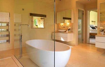 Badkamer aan slaapkamer met vrijstaand bad badkamers voorbeelden - Badkamer m met bad ...