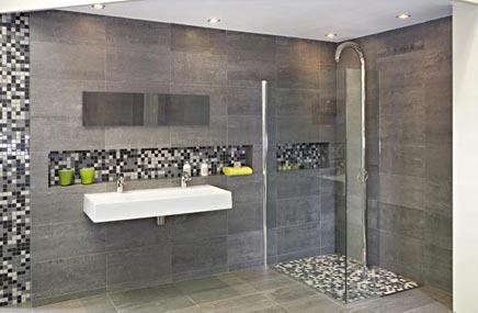 Grijze badkamer van Wooning met bijzondere stortdouche - Badkamers ...