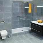 Grijze badkamer met inloopdouche van Wooning