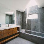 Betonlook badkamer met walnoot hout