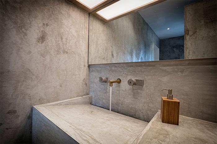 Strakke Badkamer Wanden : Strakke betonstuc badkamer met houten accenten badkamers voorbeelden