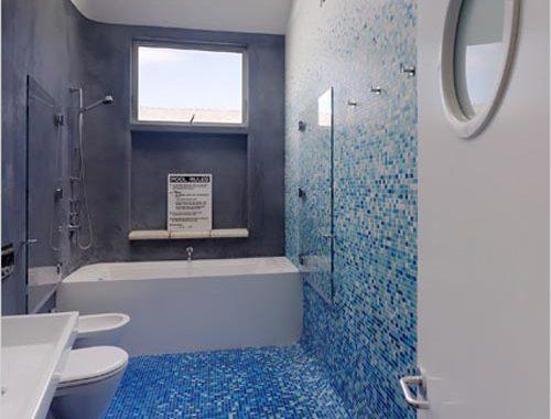 Blauwe badkamer met dakraam