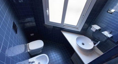 Blauwe driehoek badkamer