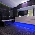 Blauwe led-verlichting in moderne penthouse badkamer