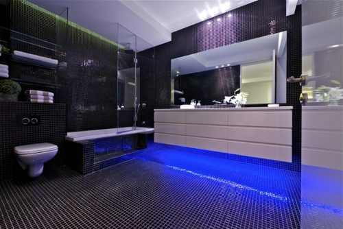 Led Verlichting Badkamer : Blauwe led verlichting in moderne penthouse badkamer