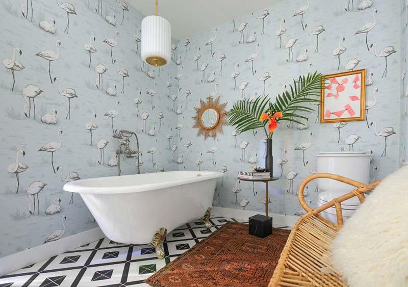 Bohemian badkamer met flamingo behang