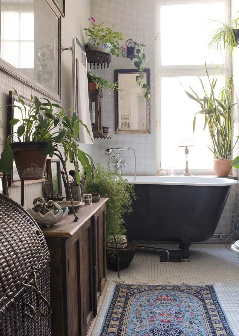 Bohemian badkamer met vintage badkuip en mooie planten