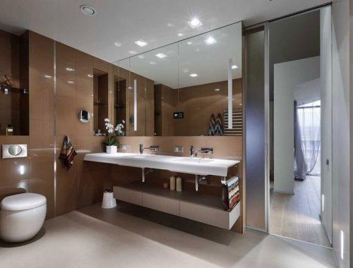 Bruine wandtegels in luxe badkamer