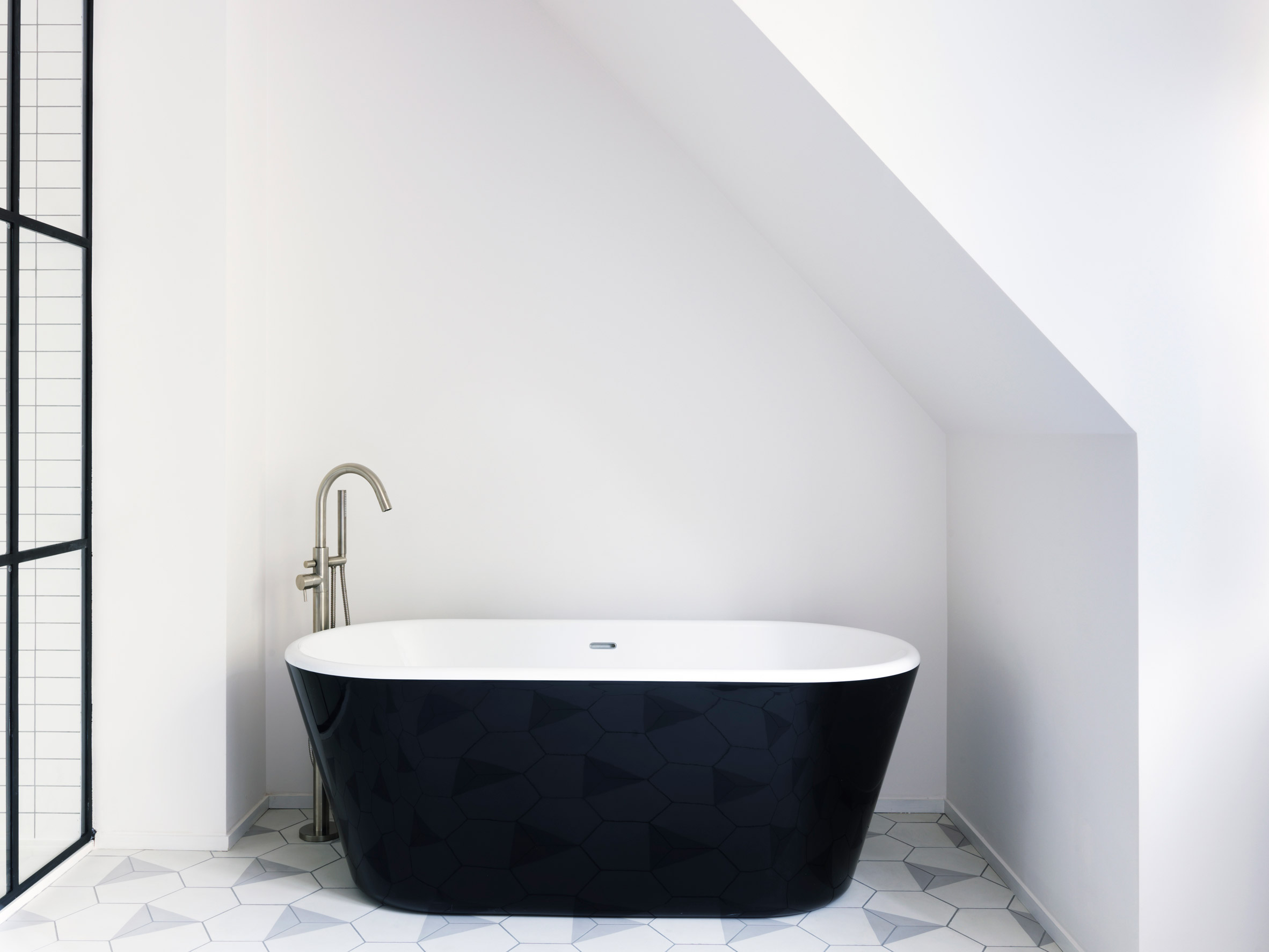 chique-badkamer-in-een-londense-droomhuis-zwart-bad