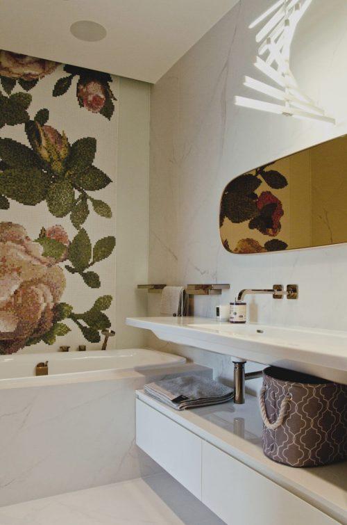 Chique badkamer met grote bloem aan de muur