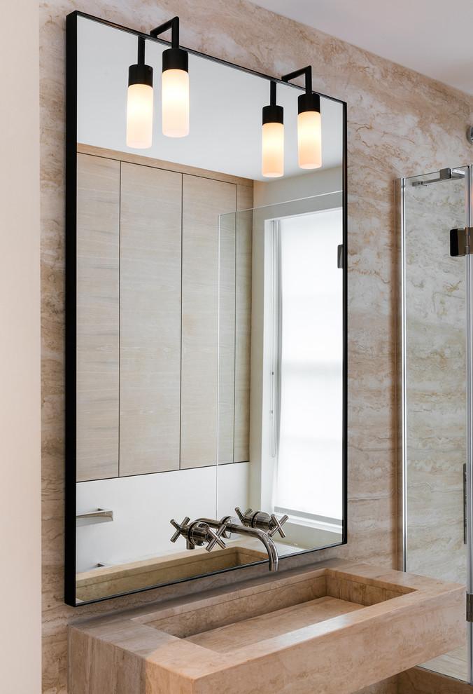 Chique kleine badkamer met bad en douche combinatie
