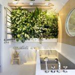 Chique luxe open badkamer met plantenwand