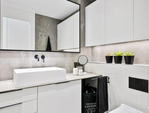 Compacte badkamer en suite in een stoer industrieel tintje