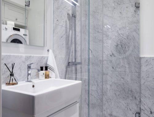 De chique badkamer van een klein appartement van 23m2