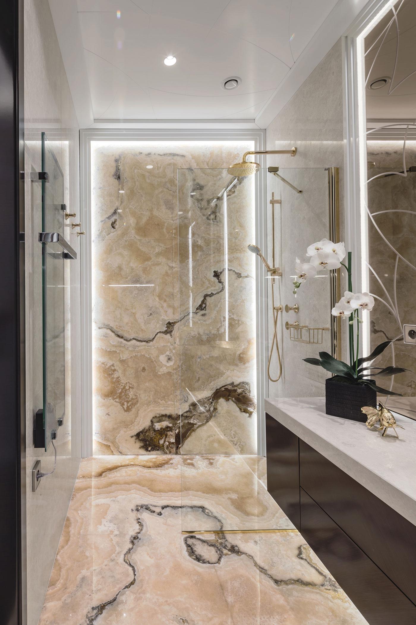 De drie chique klassieke badkamers van een Frans appartement ...