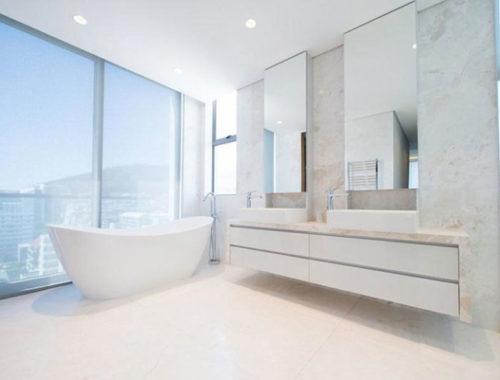 De drie penthouse badkamers van het Fairmont Penthouse appartement