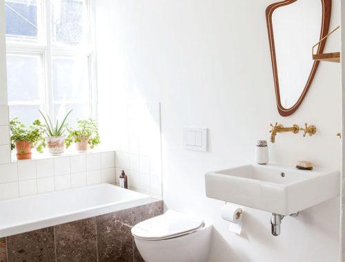 De karakteristieke sfeer is goed in tact gebleven in deze moderne badkamer