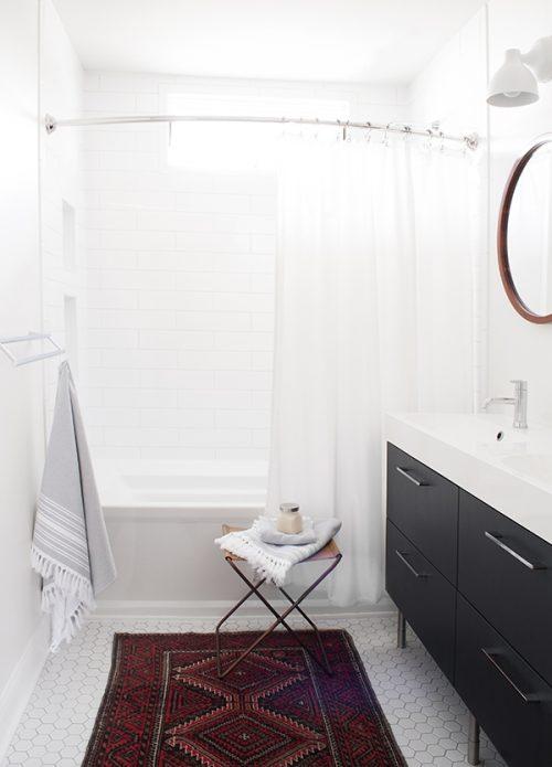 De kleine badkamer van Coco Kelley