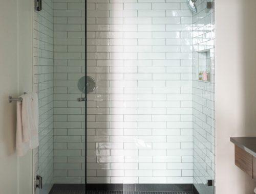 De kleine chique badkamer van Roost Apartment hotel