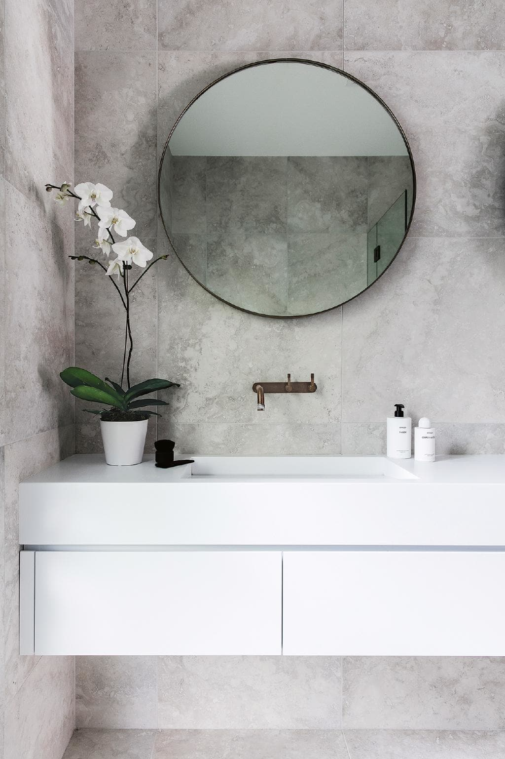 De nieuwe moderne badkamer van Nikki