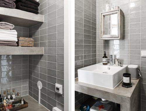 De stijlvolle kleine badkamer van klein appartement van 42m2