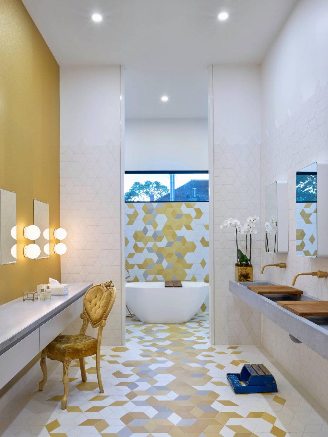 Deze badkamer met makeup tafel heeft hele leuke ruiten tegels
