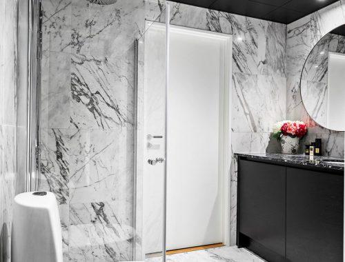Deze chique badkamer heeft een strak en zwart plafond gekregen!