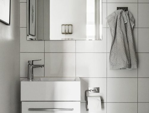 Deze eenvoudige badkamer is op een eenvoudige manier erg leuk gemaakt!