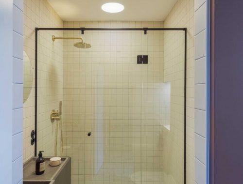 Deze fijne kleine badkamer is ontworpen door October Design Studio