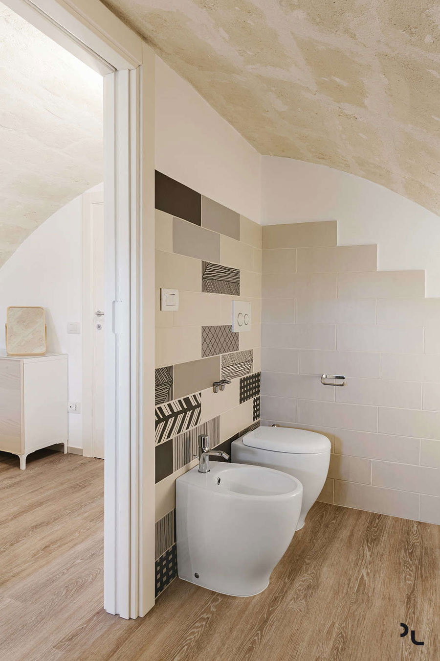 Deze kleine badkamer is voorzien van een geweldig mooi stenen plafond!
