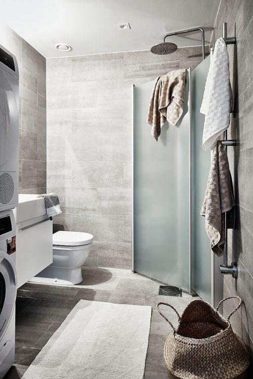 Deze kleine badkamer is zowel mooi als praktisch ingericht
