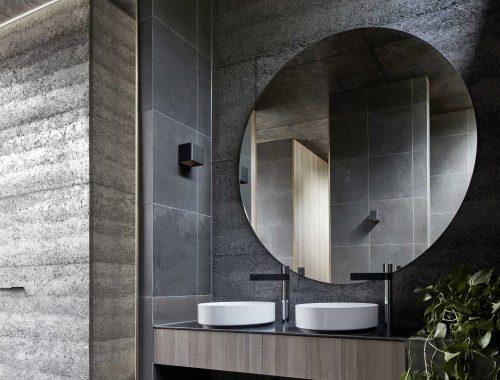 Deze moderne badkamer heeft een buitendouche gekregen!