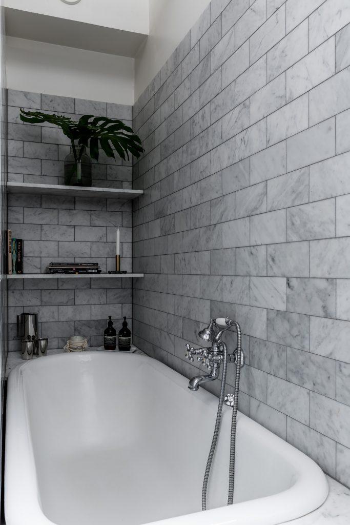 Deze Scandinavische badkamer is ingericht met een klassieke look ...