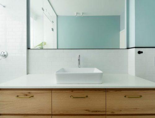 Diepe smalle badkamer met een modern industrieel tintje