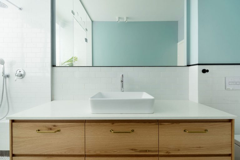 Diepe smalle badkamer met een modern industrieel tintje - Badkamers ...