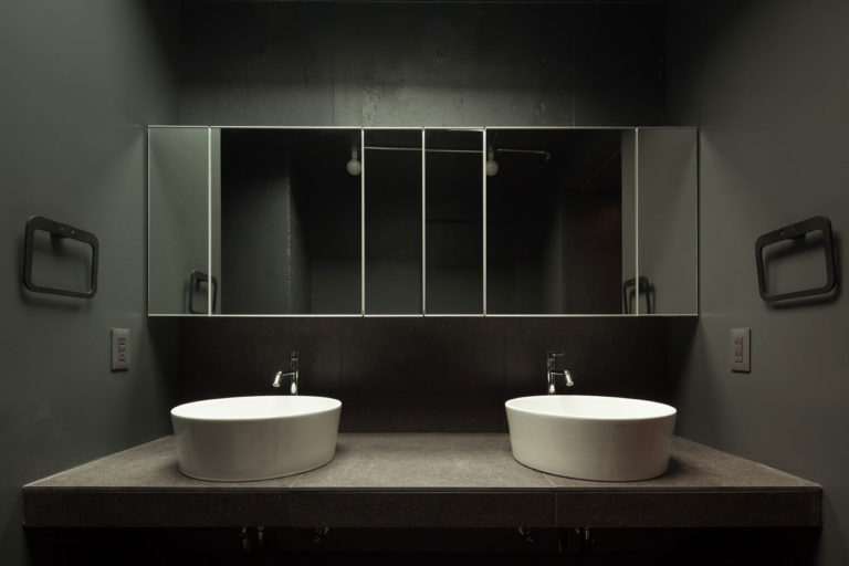 Glazen Wand Douche : Donkere badkamer met een glazen wand en deur badkamers voorbeelden