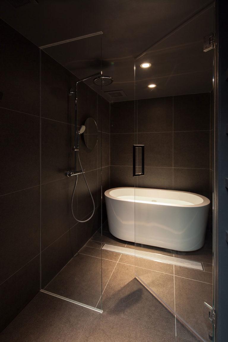 Donkere badkamer met een glazen wand en deur badkamers voorbeelden - Winkelruimte met een badkamer ...