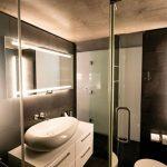 Donkere loft badkamer