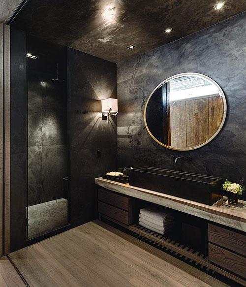 Donkergrijze natuursteen met rustieke houten planken in badkamer ...
