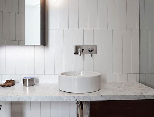 Driehoekige witte badkamer