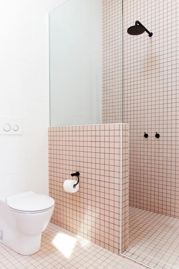 Een roze en een blauwe badkamer