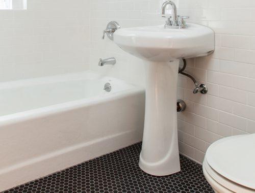 Eenvoudig maar super stoere badkamer door Famurat Builders