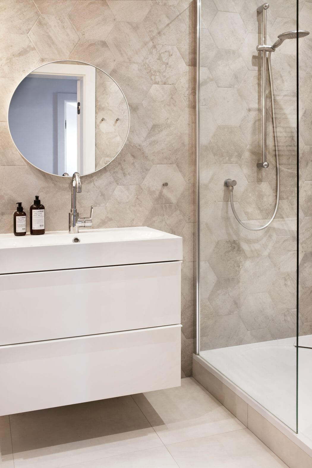 Eigentijdse grijze badkamer